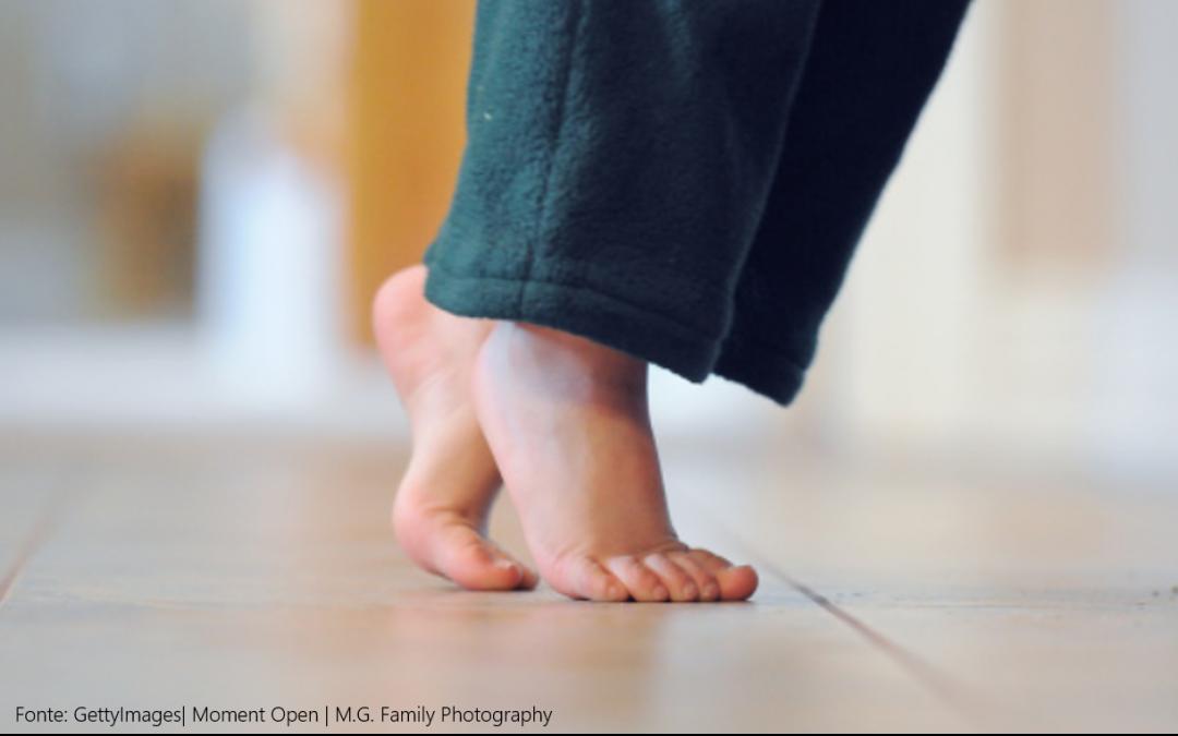 Crianças que andam nas pontas dos pés