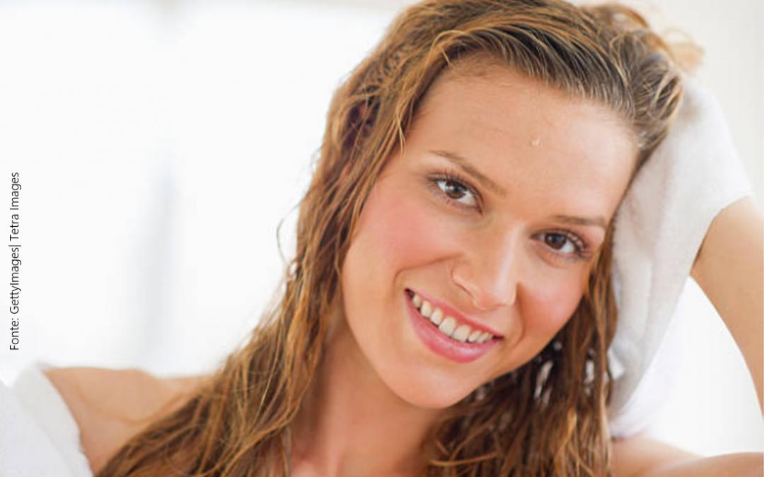 Dormir com cabelos molhados: faz mal?