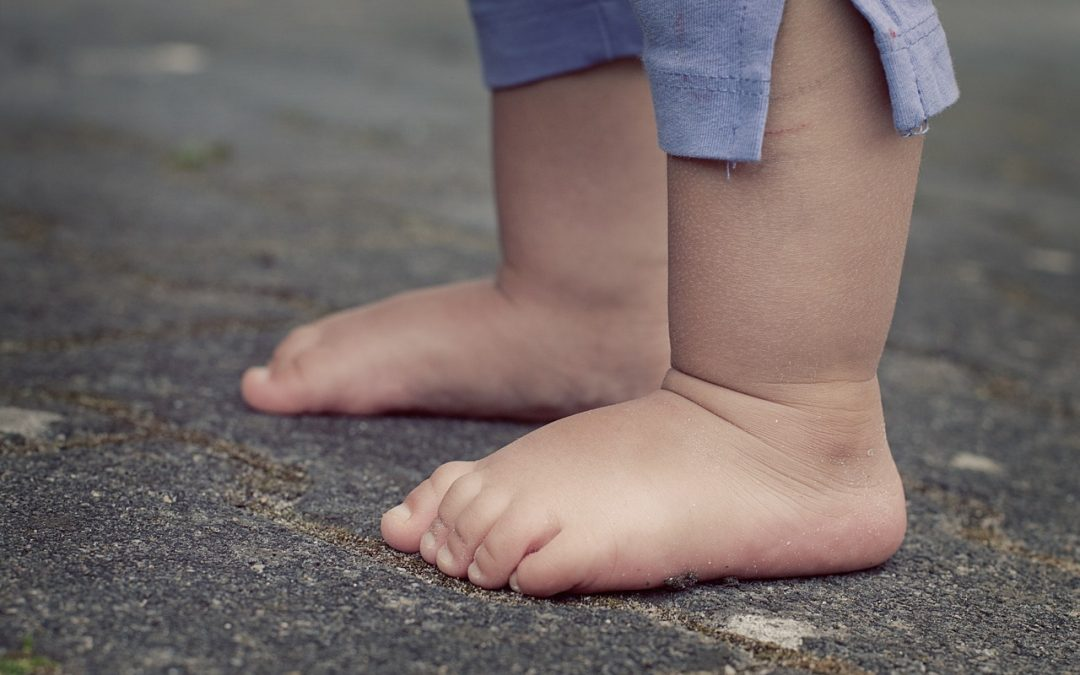 Deixar a criança andar descalça é benéfico para a saúde?