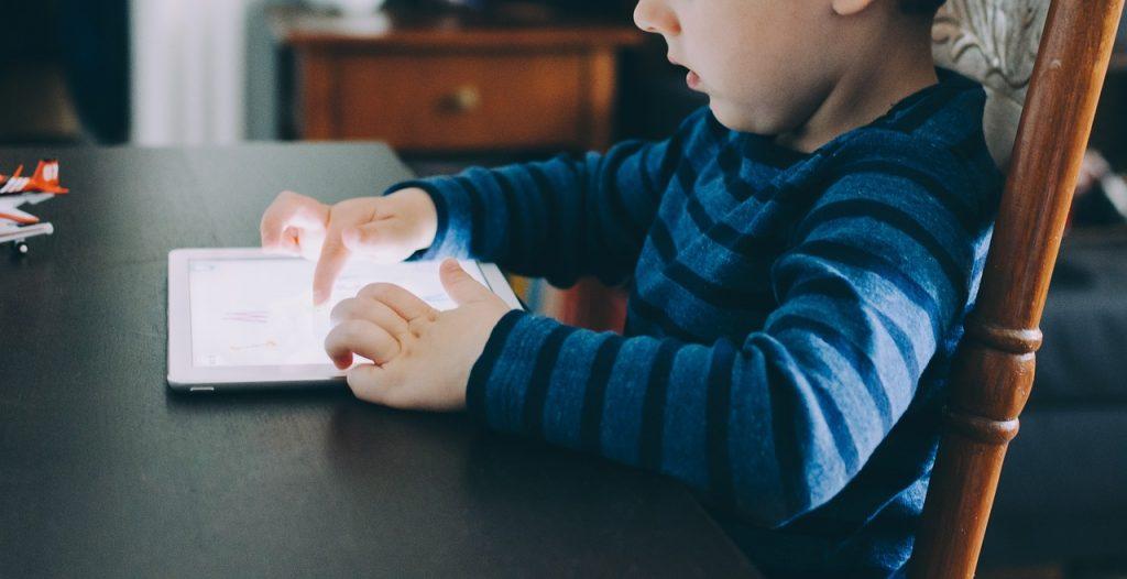 Como diminuir o uso de telas para crianças